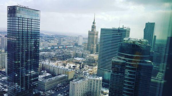 panorama na nowoczesne biurowce w Warszawie