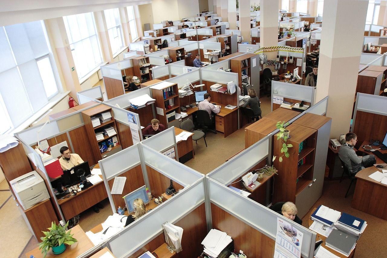 układ biurek typu call center w biurze